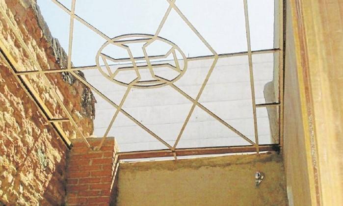 Uma estrutura de ferro com uma cruz templária, encontrada no segundo pavimento do antigo sobrado Foto: Agência O Globo
