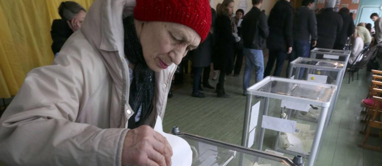 Mulher deposita seu voto no referendo da Ucrânia Foto: SERGEI KARPUKHIN/REUTERS
