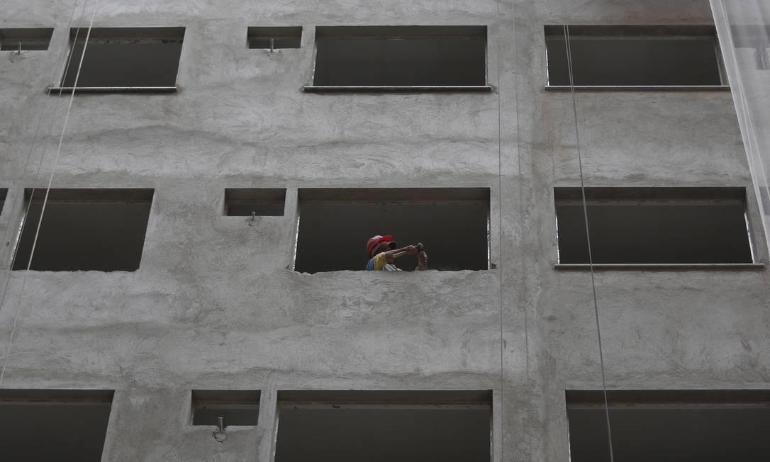 Obra do condomínio Atrium, na Rua Bom Pastor, na Tijuca Foto: Paula Giolito / Agência O Globo