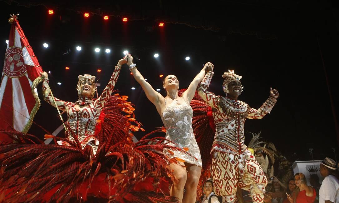 A rainha de bateria Viviane Araújo, junto com outros integrantes do Salgueiro, comemoram os três Estandartes de Ouro que a escola recebeu Foto: Eduardo Naddar / Agência O Globo