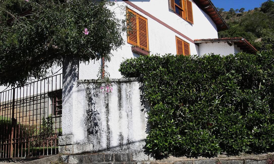 """Fachada da """"Casa da Morte"""", em Petrópolis, onde foram mortos guerrilheiros na época da ditadura. Foto: Márcio Alves/27-6-2012 / O Globo"""