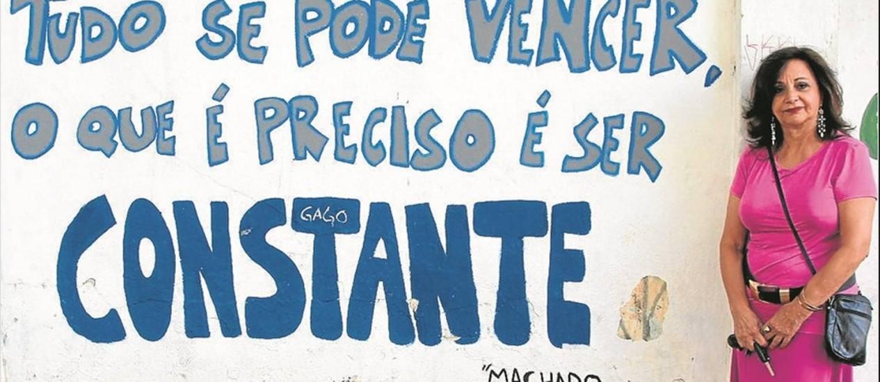 A professora Risomar Fasanaro diante do muro da escola, em Osasco: ajuda à colega perseguida pelo regime Foto: Marco Alves / Agência O Globo