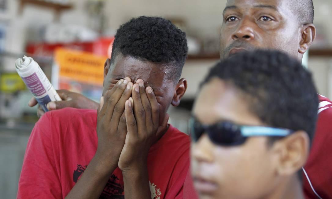 Parente de Cláudia Silva Ferreira, atingida por um tiro durante operação da PM, na comunidade Congonha, em Madureira, chora durante velório no Cemitério de Irajá Foto: Márcia Foletto / O Globo