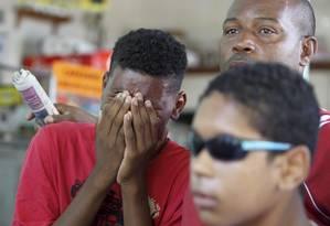 Filho de Cláudia Silva Ferreira, atingida por um tiro durante operação da PM, na comunidade Congonha, em Madureira, chora durante velório no Cemitério de Irajá Foto: Márcia Foletto / O Globo