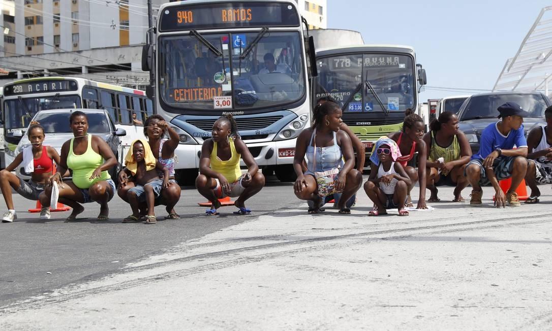 Cerca de 80 pessoas fazem mais um protesto pela morte de Cláudia da Silva Ferreira durante uma operação policial em Madureira Foto: Márcia Foletto / Agência O Globo