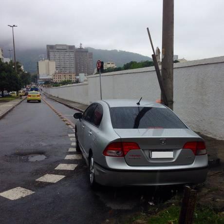 Carro estacionado em cima de ciclovia na Rua Real Grandeza em Botafogo Foto: Foto do leitor Eduardo Albuquerque / Eu-Repórter