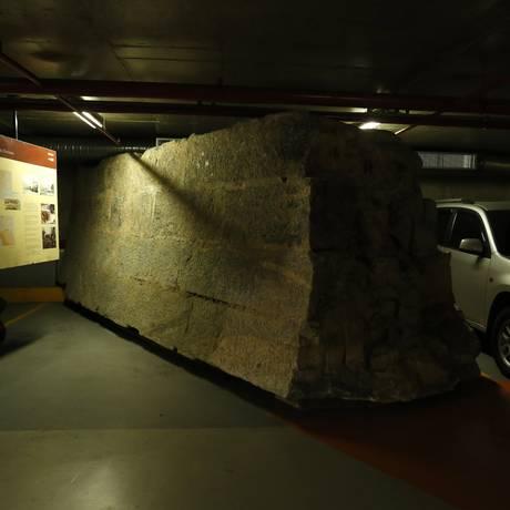 As muralhas foram (re)encontradas durante a construção do estacionamento subterrâneo no Centro do Rio Foto: Daniela Dacorso / Agência O Globo