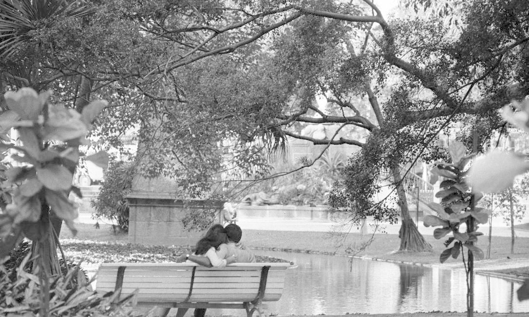 Banco do parque abriga um casal apaixonado, no inverno de 1969 Arquivo / Agência O Globo