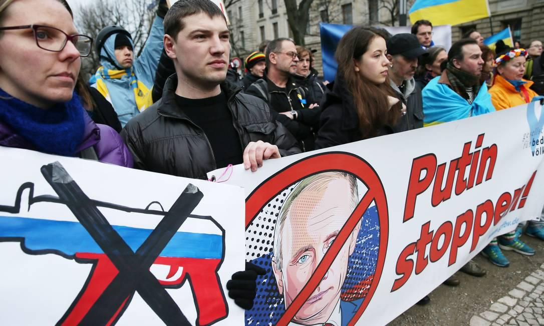 Manifestantes protestam contra a intervenção do presidente russo, Vladimir Putin, à Ucrânia, em frente à embaixada russa em Berlim Foto: KAY NIETFELD / AFP