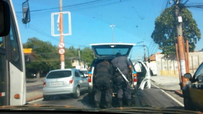 Após arrastarem Cláudia Ferreira da Silva, que ficou presa em carro, PMs ajeitam o corpo e fecham porta-malas do veículo Foto: Reprodução