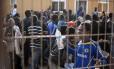 Imigrantes são levados para um centro de detenção temporário depois de cruzar a fronteira do Marrocos com o enclave da Espanha de Melilla