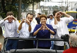 Coração dividido: Dilma ao lado dos aliados Marcelo Crivella, Sérgio Cabral e Lindbergh Farias Foto: Pablo Jacob / O Globo