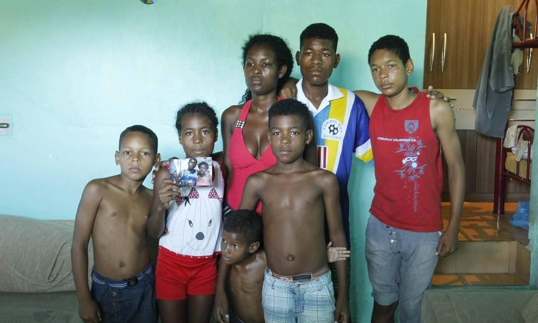 Filhos e sobrinhos de Cláudia da Silva Ferreira, morta em operação da PM no Morro da Congonha - Foto: Gabriel de Paiva / Agência O Globo