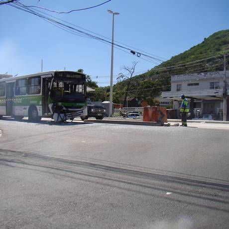Ônibus batido em cruzamento das ruas Candido Benício com Pinto Teles, no Campinho Foto: Leitor Antonio Gerson Carvalho / Eu-Repórter