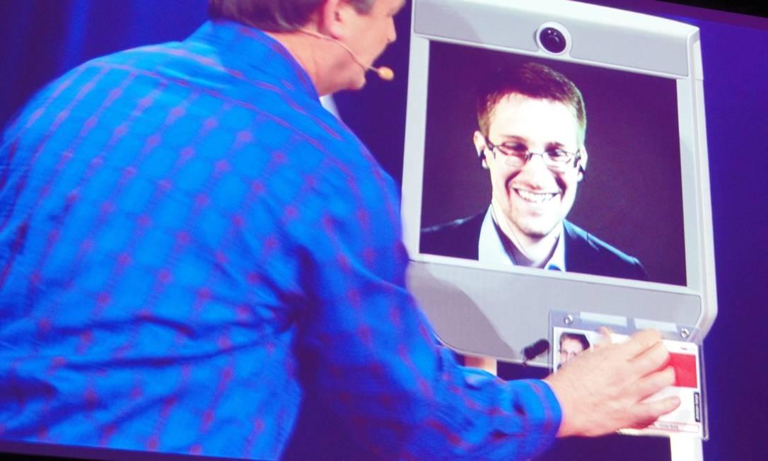Edwardo Snowden aparece remotamente em uma conferência em Vancouver, no Canadá Foto: GLENN CHAPMAN / AFP