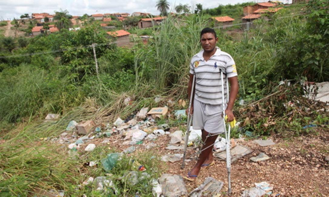 Morador de área sem saneamento, Francisco de Almeida Foto: O Globo / Éfrem Ribeiro
