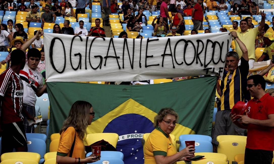 Torcedores protestam durante a Copa das Confederações, no Maracanã Foto: Custódio Coimbra / Agência O Globo