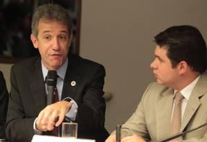 O ministro da Saúde, Arthur Chioro (à esq.), defende o programa Mais Médicos em comissão na Câmara Foto: Givaldo Barbosa / Agência O Globo