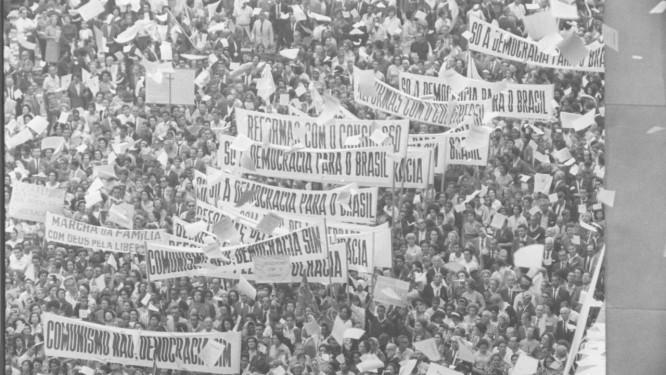 Cerca de cem mil pessoas participaram da Marcha da Família com Deus pela Liberdade nas ruas do centro do Rio Foto: Arquivo O Globo