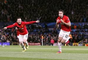 Wayne Rooney e Van Persie comemoram o terceiro gol do Manchester United sobre o Olympiakos Foto: Peter Byrne / AP