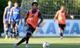 Para festejar. Luiz Antônio treina no Ninho do Urubu Foto: Terceiro / Pedro Martins/AGIF