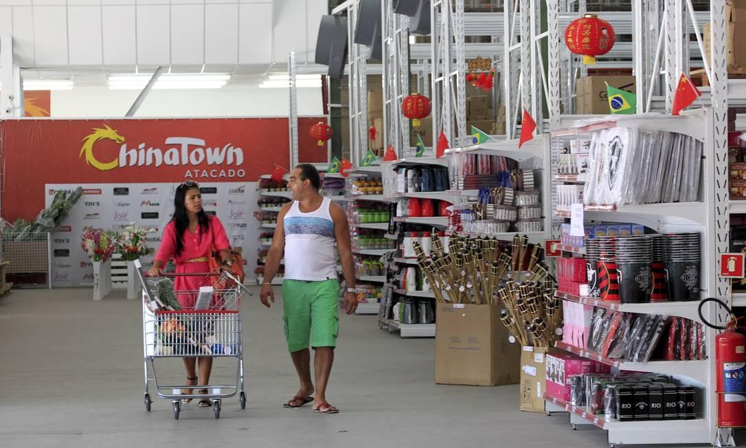A megaloja, na Rodovia Washington Luís, atrai consumidores e provoca a concorrência, que já alega prejuízo Foto: Marcelo Piu / Agência O Globo