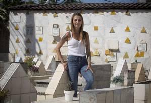 Vida real. Mariana Caminha trabalha há um ano no cemitério da família, em Marambaia, que tem 722 sepulturas Foto: Agência O Globo / Hudson Pontes