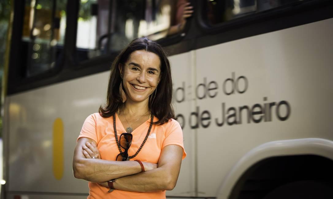 Fotografada andando de ônibus, a atriz virou assunto nas redes sociais e passou a ser porta-voz dos descontentes com o sistema de transporte público carioca Foto: Fabio Seixo / Agência O Globo