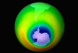 Em azul, a área fragilizada da camada de ozônio em 1999, quando o buraco atingiu tamanho recorde Foto: Nasa