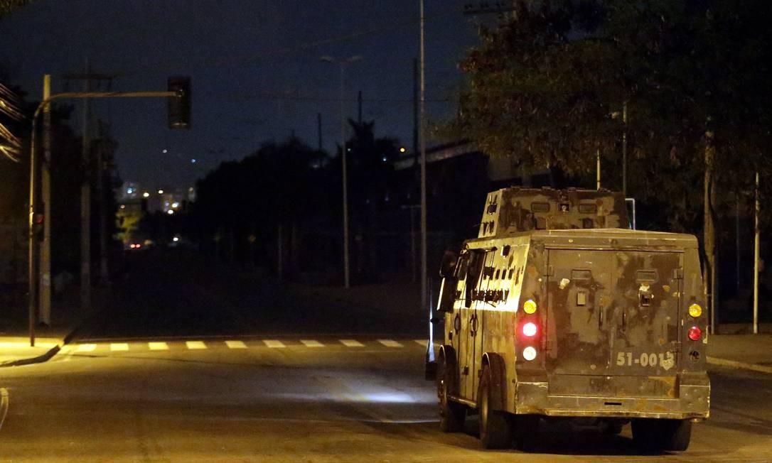 Caveirão da PM patrulha a Avenida Leopoldo Bulhões, em Manguinhos, que está às escuras Foto: Marcelo Theobald / Agência O Globo