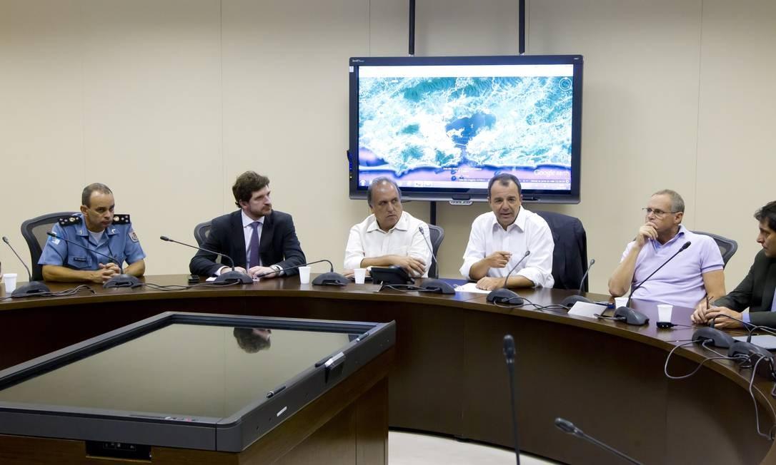 O governador Sérgio Cabral se reuniu com autoridades da cúpula de segurança do estado Foto: Fernando Quevedo / Agência O Globo