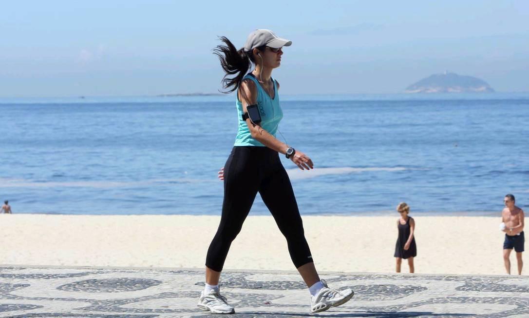 Atividades moderadas, como andar uma hora por dia, também servem para prevenir o câncer Foto: Gil Rodrigues/Agência O Globo