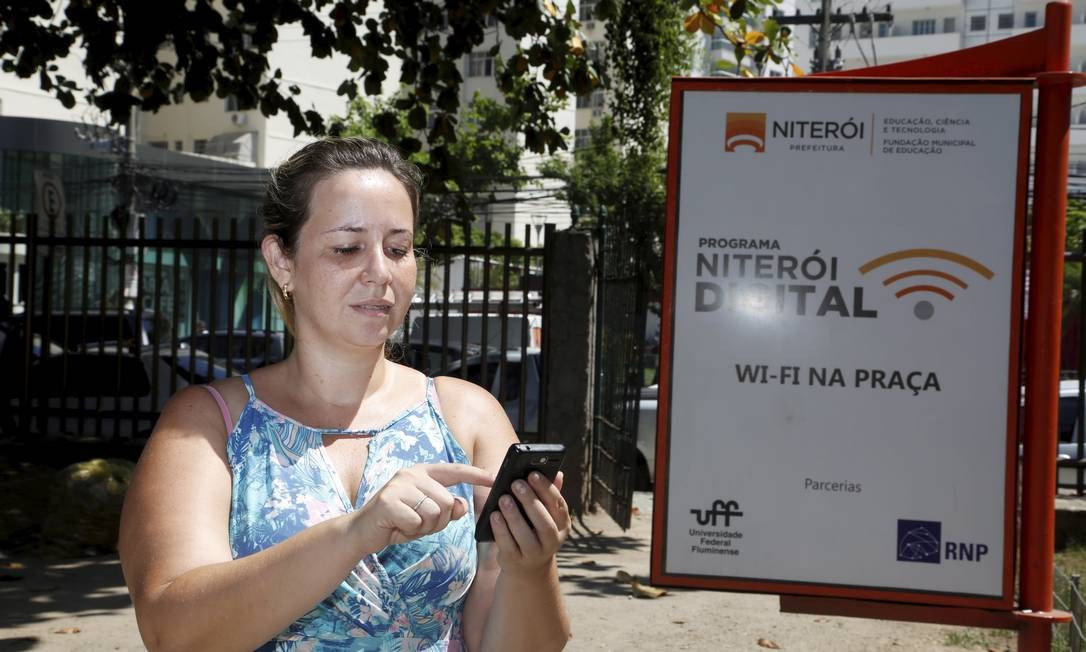Conexão com wi-fi fornecida gratuitamente pela prefeitura não funciona na Praça Getúlio Vargas, em Icaraí. Foto: Hudson Pontes / Agência O Globo