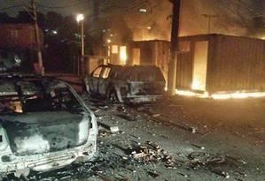 Contêiner da UPP de Manguinhos em chamas Foto: Foto de leitor