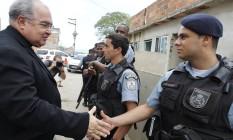 Cardeal Dom Orani Tempesta fala com policiais militares que fazem o reforço do policiamento na Favela Nelson Mandela, na região de Manguinhos Foto: Márcia Foletto / Agência O Globo