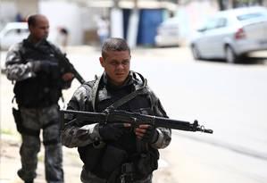 Policiais militares ocupam o Morro do Chapadão, em Costa Barros Foto: Thiago Lontra / Extra
