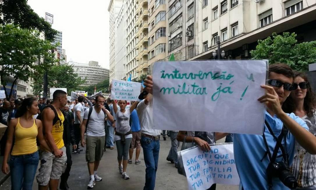 Participante da Marcha da Família em SP carrega cartaz pedindo intervenção militar Foto: Tiago Dantas/Ag. O Globo