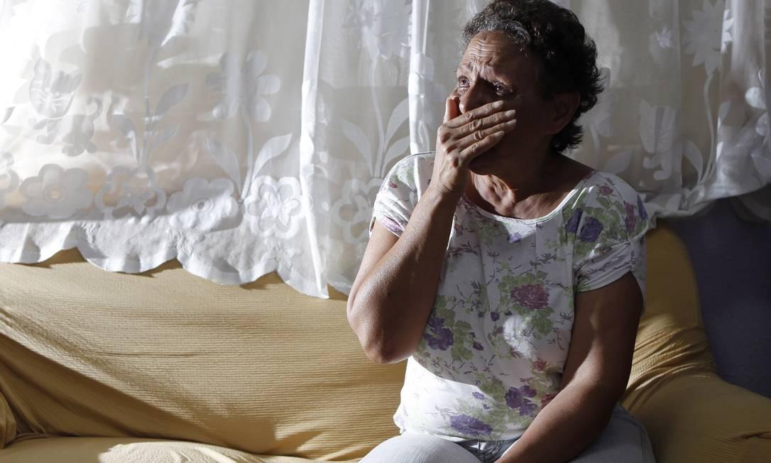 Bernadete chora ao falar sobre morte do filho Foto: Michel Filho / O Globo