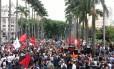 Manifestantes concentraram-se na Praça da Sé, em SP, para a Marcha Antifascista