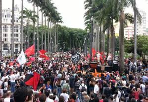 Manifestantes concentraram-se na Praça da Sé, em SP, para a Marcha Antifascista Foto: Leonardo Guandeline / Ag. O Globo