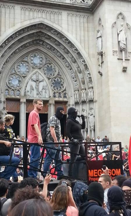 Integrante do grupo black bloc fala em cima de carro de som, em frente à Catedral da Sé, em SP Foto: Leonardo Guandeline / Leonardo Guandeline