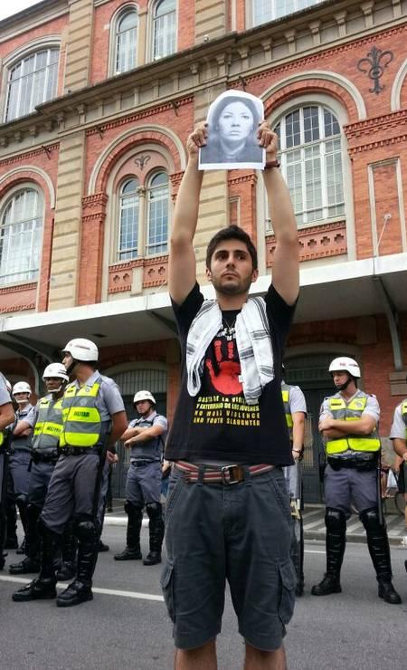 Manifestante mostra retrato de Heleny Guariba, diretora de teatro desaparecida na ditadura Foto: Leonardo Guandeline / Ag. O Globo