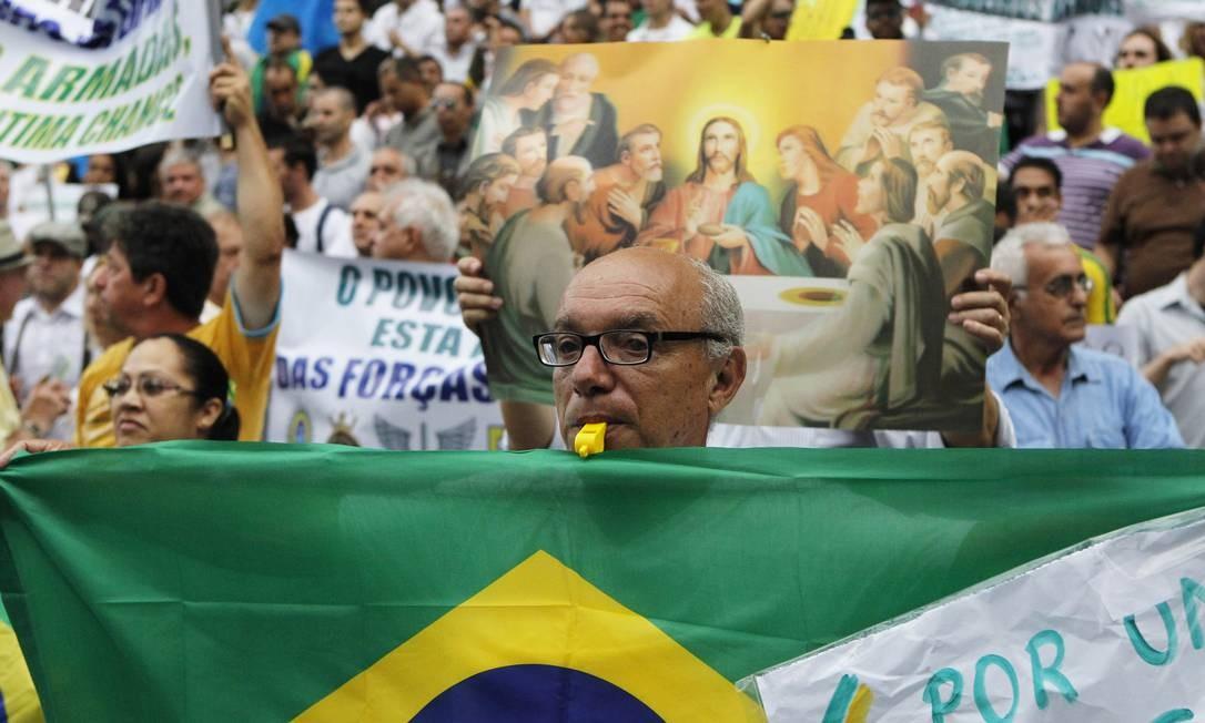 Manifestantes se reuniram na Praça da República em São Paulo pedindo a volta do regime militar Foto: Michel Filho / Agência O Globo