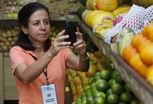 Coleta via smartphone. Carla Menezes coordena equipe da Premise no Rio Foto: Daniela Dacorso