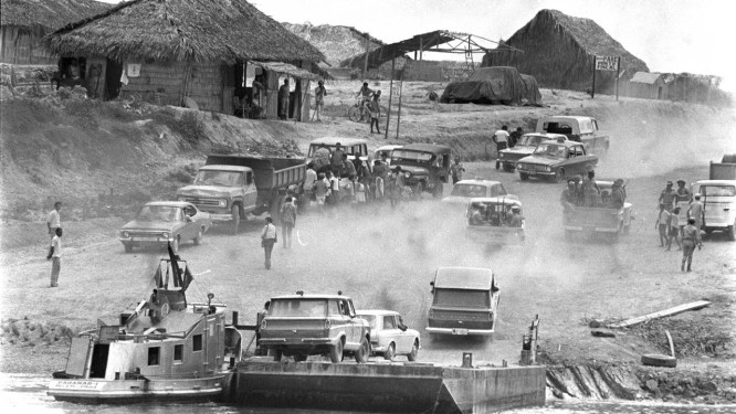 Construção de trecho da Transamazônica no Pará: um dos grandes desafios de engenharia e logística enfrentados nos anos 70 Foto: Arquivo/13/10/1973