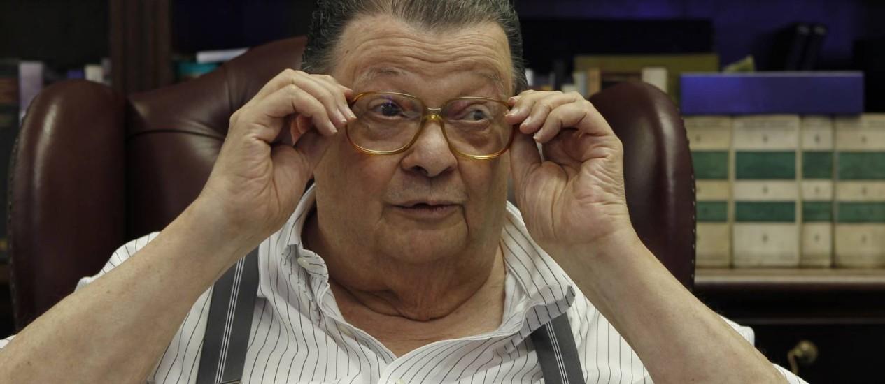 O ex-ministro Delfim Netto em seu escritório no Pacaembu: 'Nunca entrou no meu gabinete um oficial fardado' Foto: Michel Filho / O Globo