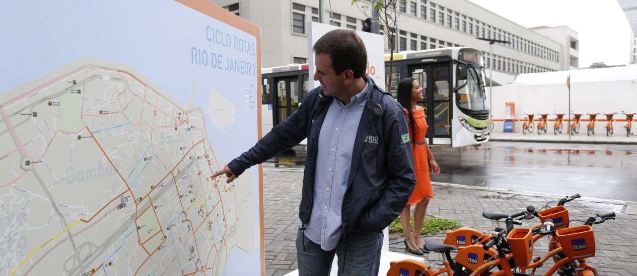 O prefeito Eduardo Paes apresentou a nova estação de bikes, junto ao Museu de Arte do Rio, o MAR, na Praça Mauá Foto: Ana Branco / Agência O Globo