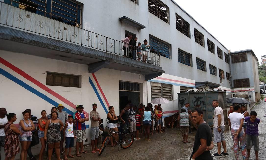 Grupo invade galpão no no Complexo do Alemão Foto: Thiago Lontra / Agência O Globo