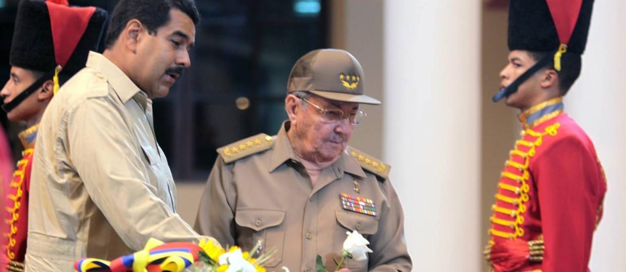 Nicolás Maduro e Raul Castro: petróleo em troca de segurança Foto: AP