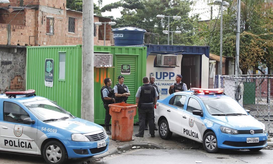 Policiais militares da UPP de Manguinhos em alerta: bases foram atacadas Foto: Pablo Jacob / Agência O Globo